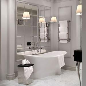 Для увеличения маленькой ванной комнаты некоторые используют и зеркальную плитку